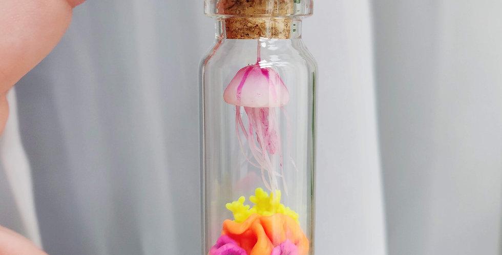 Qualle im neon Korallenriff / Flaschenkunst
