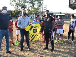 Presidente de Zacapu Hace Entrega de Uniformes al Equipo de Futbol
