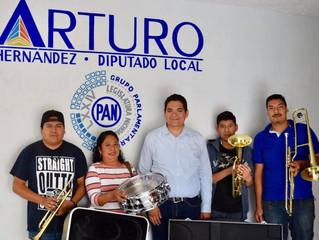El Diputado Arturo Hernandez Vazquez entrego instrumentos musicales a la orquesta Patamban
