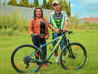 La Dip. Wilma Zavala apoyo a ciclista de Tirindaro con bicicleta profesional