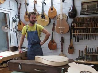Reconversion : Le jeune entrepreneur en maçonnerie devient luthier