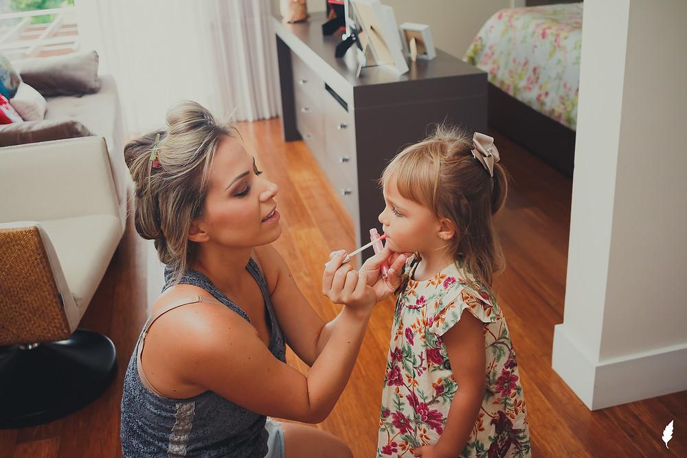 mãe maquiando