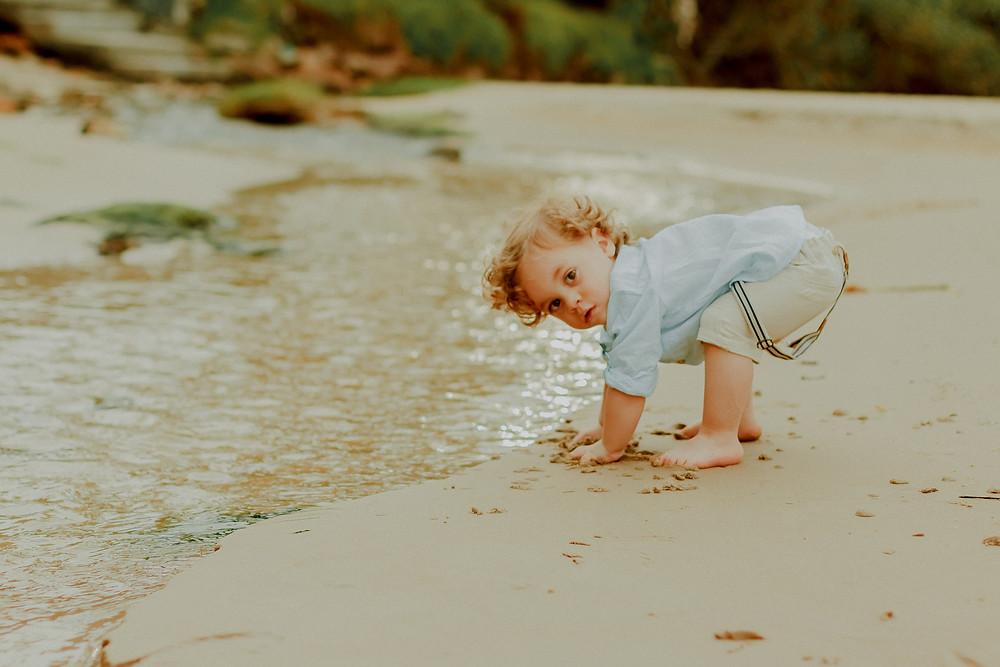 ensaio fotográfico infantil de 2 anos na praia em itajaí na praia brava
