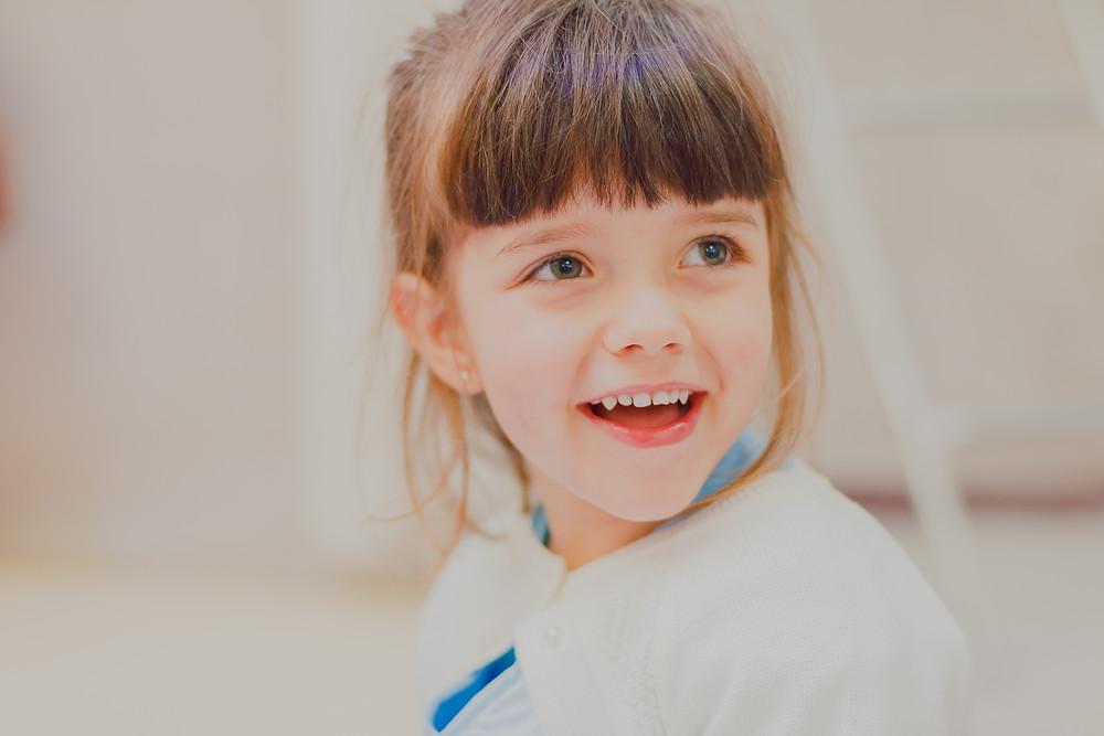 menina sorrindo em festa infantil de 3 anos