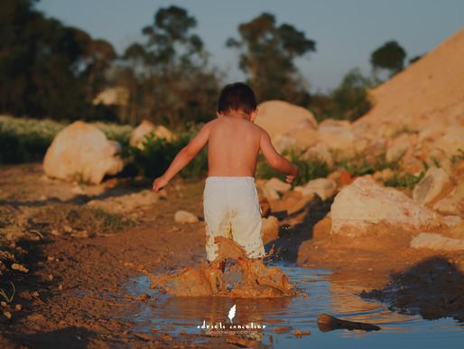 Beto e o banho de lama | Fotografia infantil em Curitiba