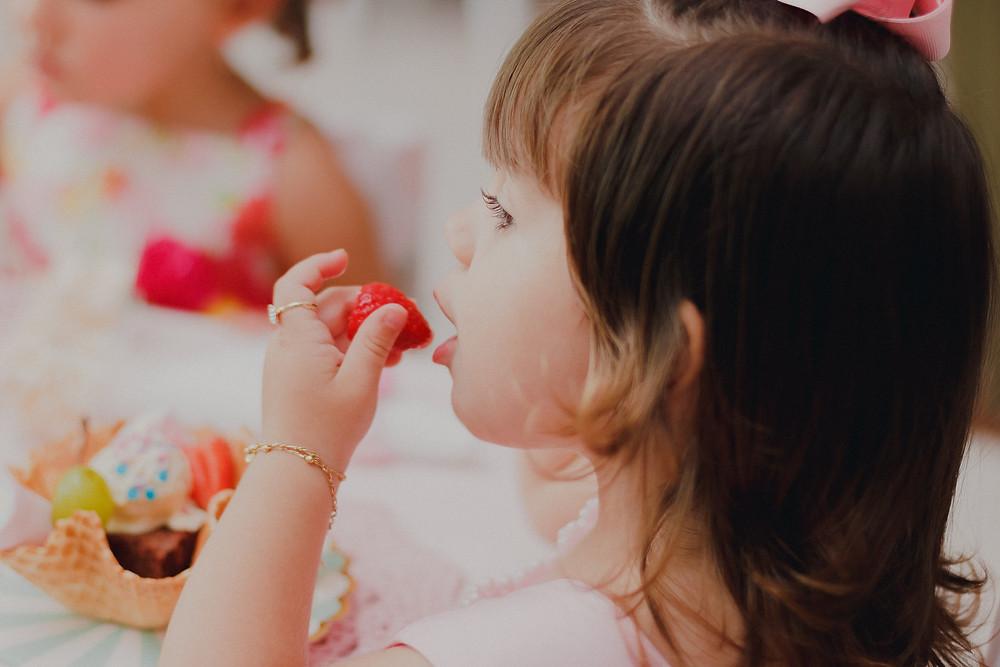 festa infantil curitiba comendo morango