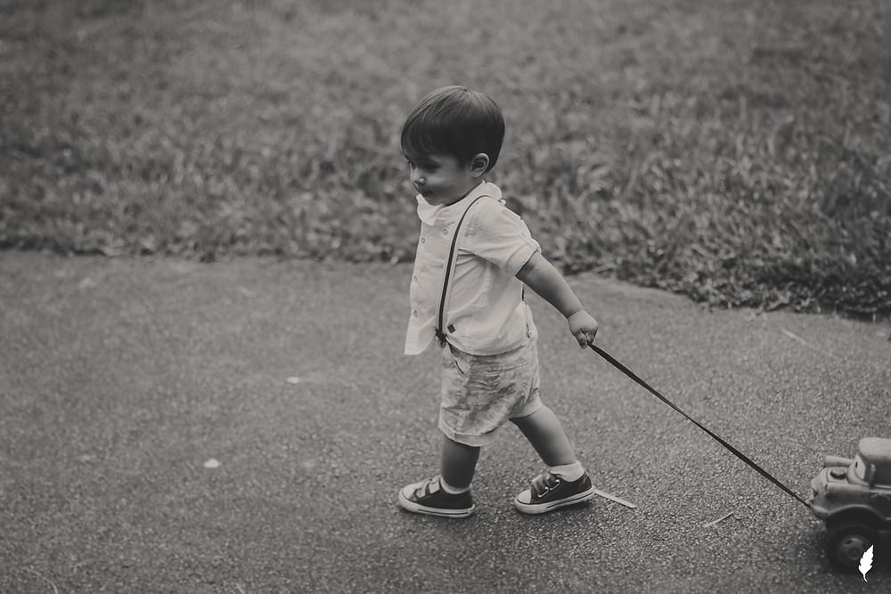 menino puxando carrinho