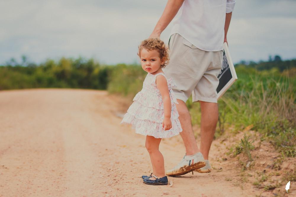 pai e filha de mãos dadas
