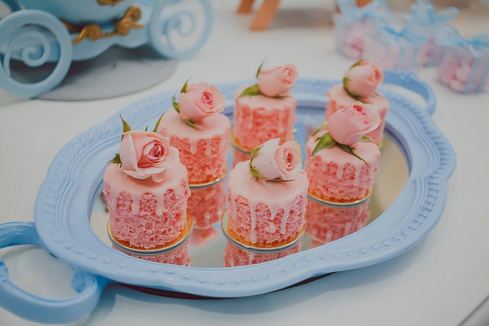 mini bolinhos com flores