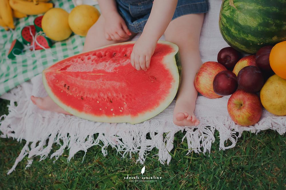 smash the fruit com banho em curitiba, ensaio externo de bebê, jardim botânico, ensaio com frutas, smash the cake curitiba, ensaio com melancia, magali