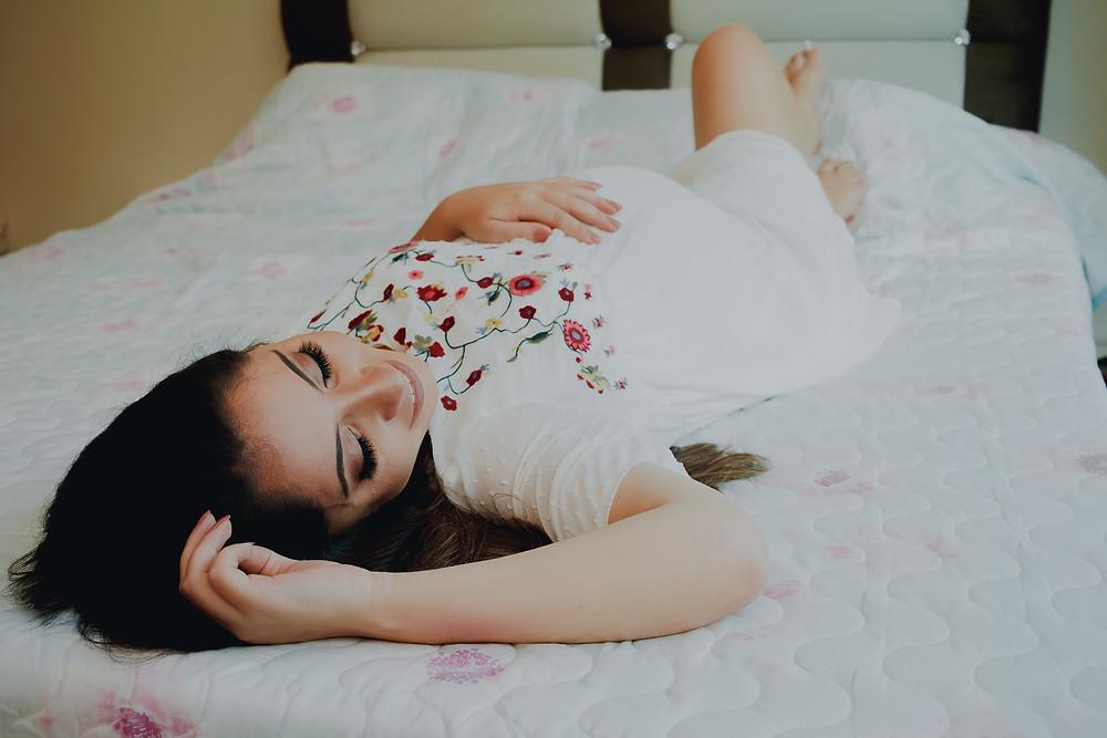 ensaio gestante curitiba, book grávida em casa, fotografia gestante lifestyle