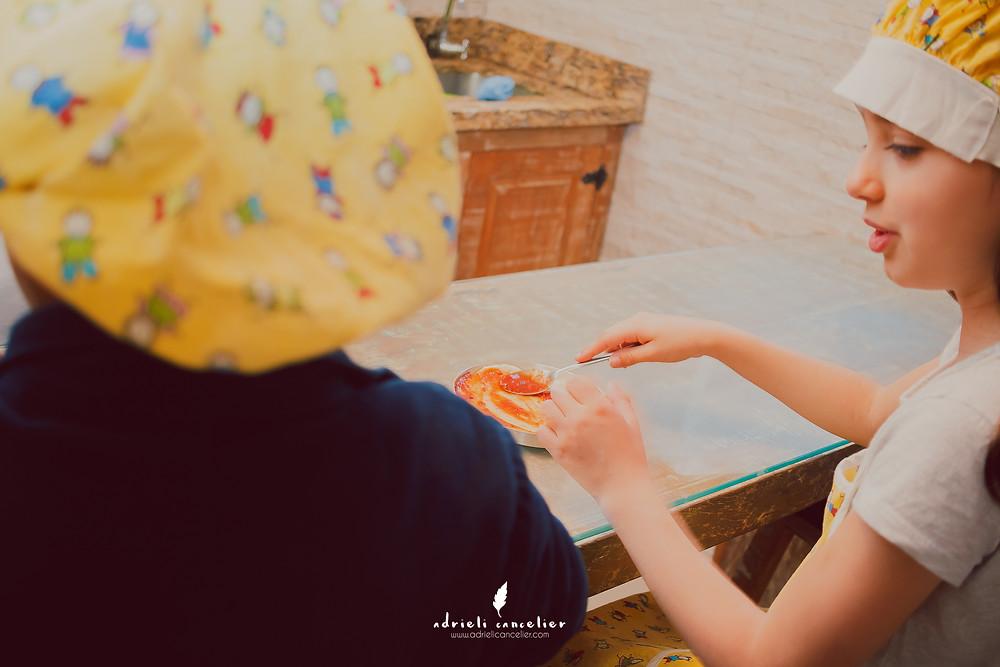 crianças fazendo pizza durante a festa de aniversário