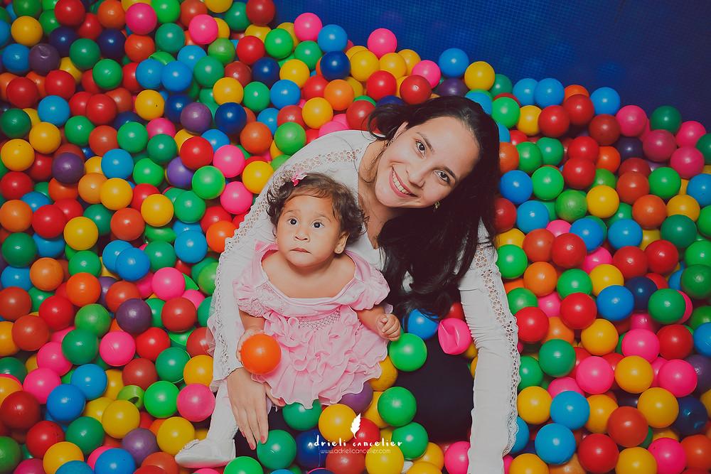 mãe e filha na piscina de bolinhas em festa de aniversário de 1 ano