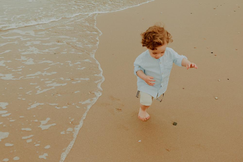 ensaio fotográfico de bebê de 2 anos na praia em itajaí na praia brava