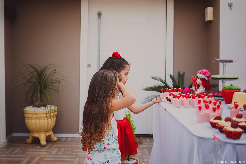 fotografia de festa infantil em curitiba | adrieli cancelier | festa infantil em casa | aniversário de 5 anos moranguinho | fotógrafo de festa | buffet infantil curitiba