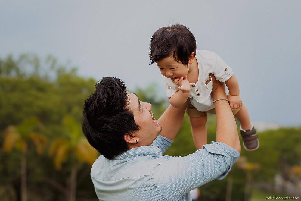 papai levantando o bebê em ensaio fotográfico de família em Curitiba