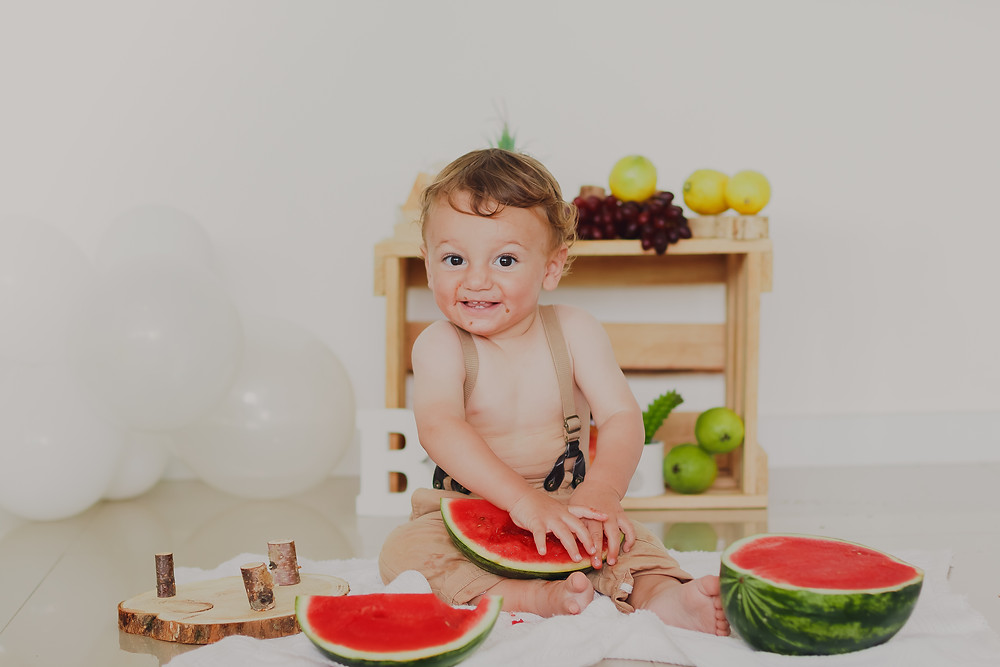 Smash The Fruit em Curitiba, sessão fotográfica em casa, ensaio do Benjamin, 1 ano, fotos com melancia