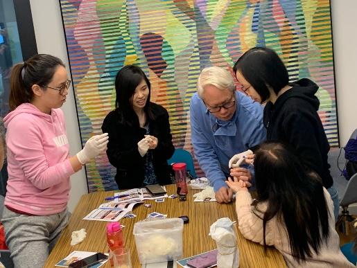 健康大使在小組中學習血糖測試技巧