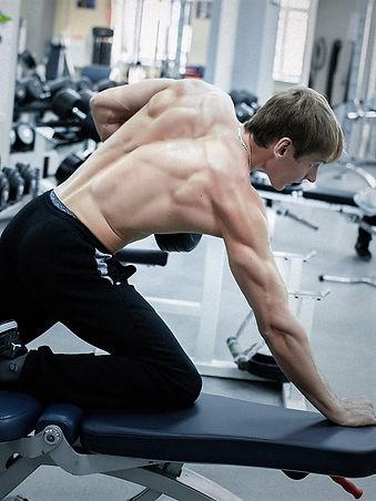 Тренировка в тренажерном зале фитнес-центра Медлайф