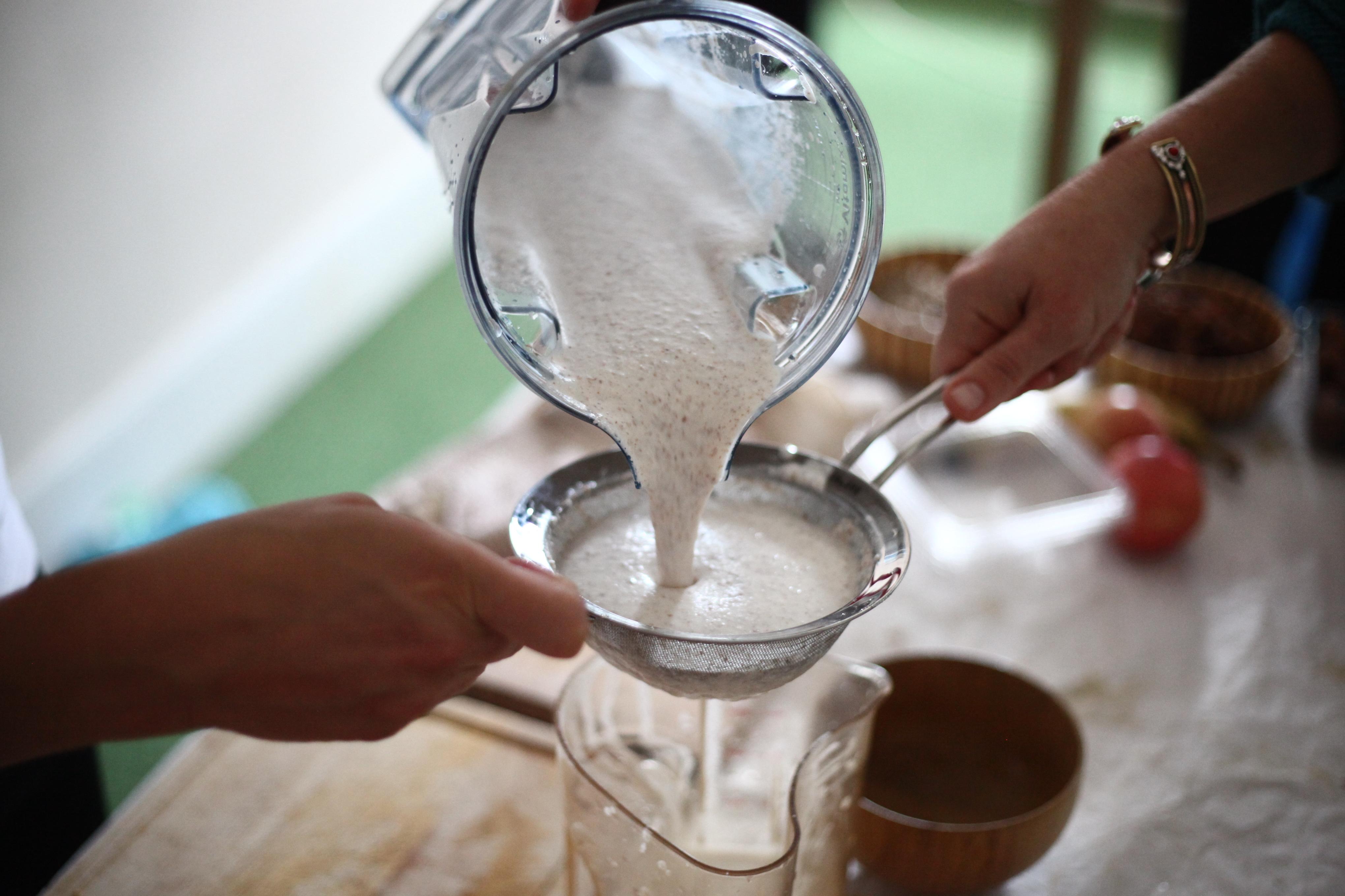 Filtrage du lait d'amandes