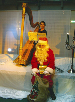 Feier mit Harfe und Weihnachtsmann