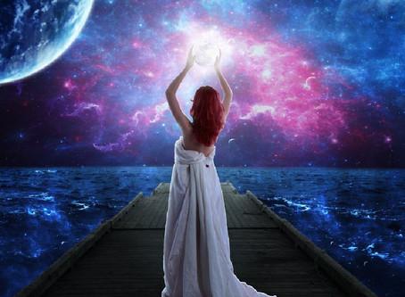 Luna Piena in Pesci: entra nel mondo della Regina di Coppe