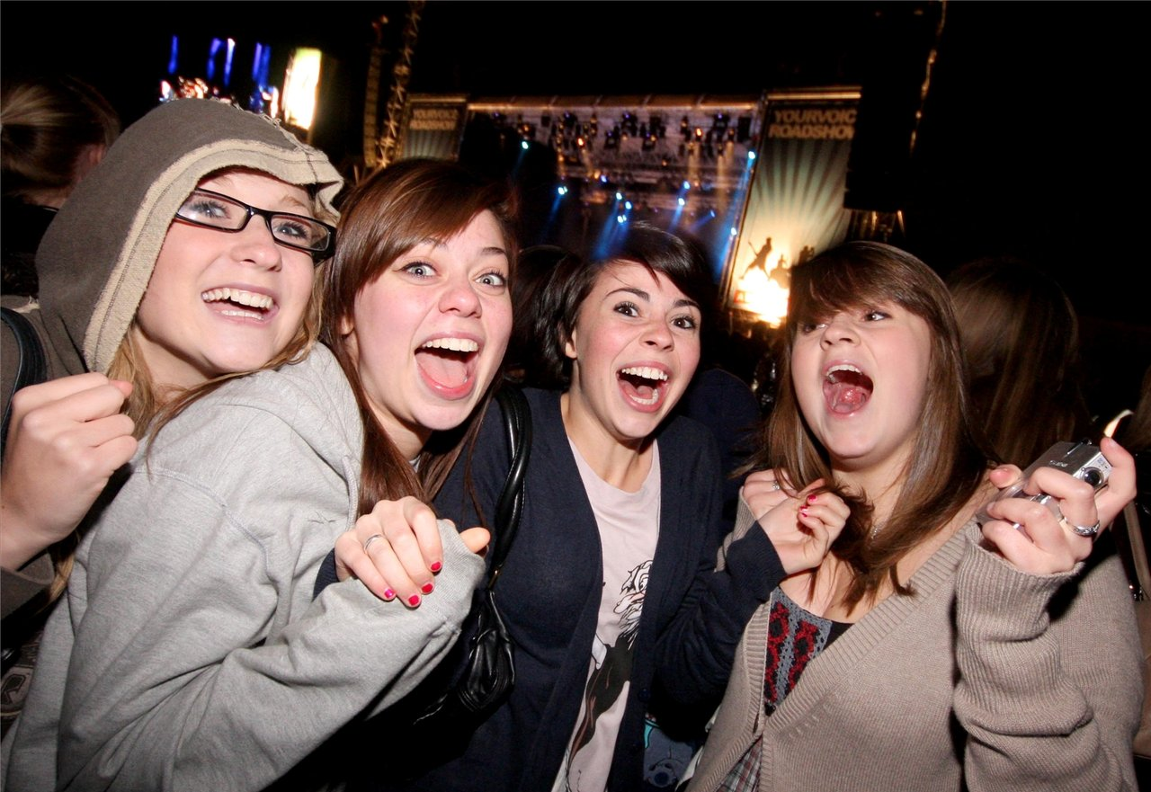 Hannah, Becky, Verity and Florance are exited before McFly gig 2.jpg