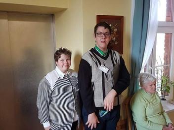 Grupa biblioteczna odwiedza Dom Opieki św. Elżbiety