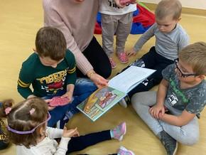 Bajkowóz wśród przedszkolaków