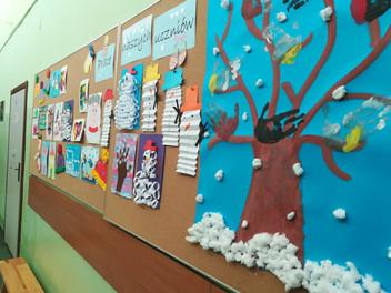 Zimowa sceneria w szkole