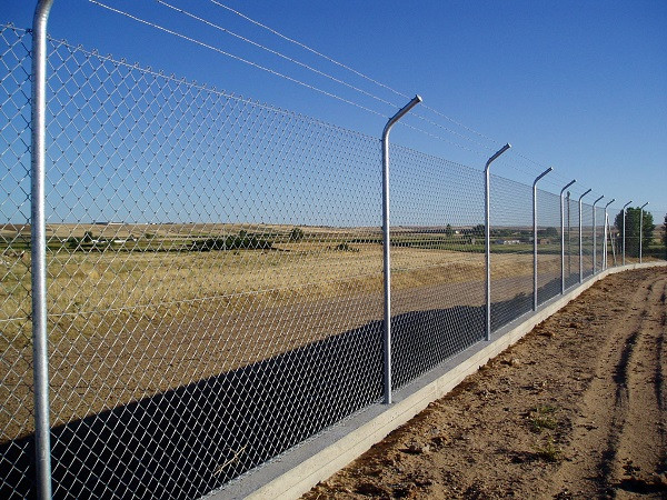 Cercado peligroso para perimetrar terrenos. El rollo verde. Región de Murcia.