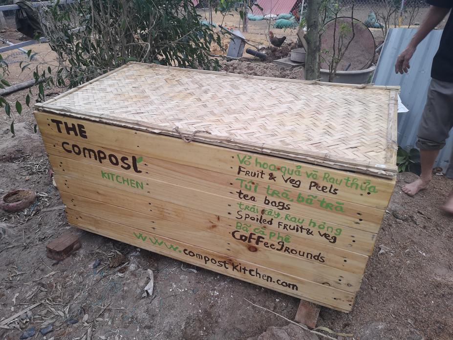 Making vermicomposting box in Vietnam.jp