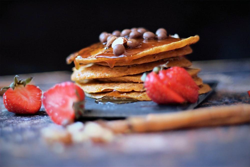 Pannekaker med hakkede madler, salt karamellsaus og sjokolade crispies