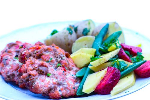 Ørret karbonader med kokte poteter og mangosalat