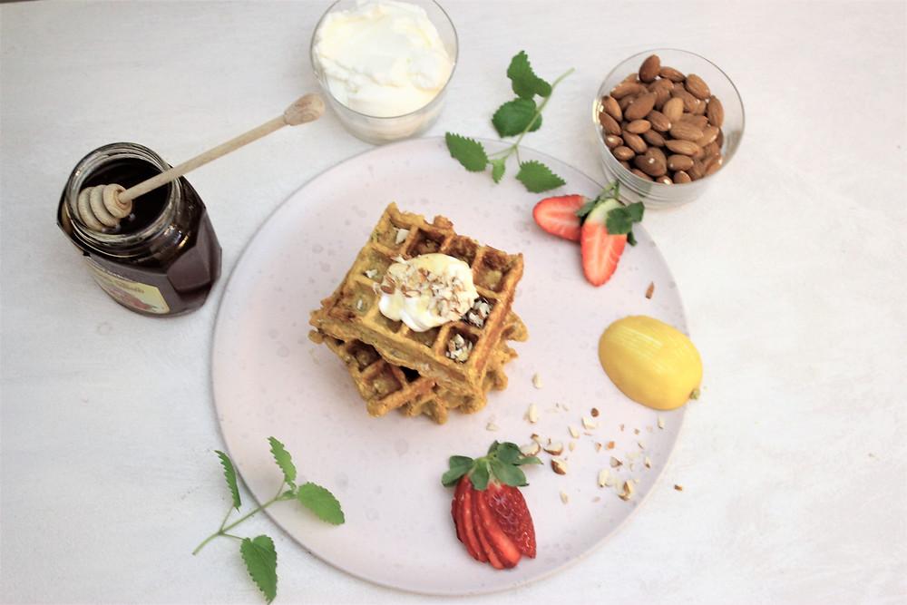 Søtpotetvafler med gresk yoghurt, hakkede mandler, honning og litt revet sitronskall