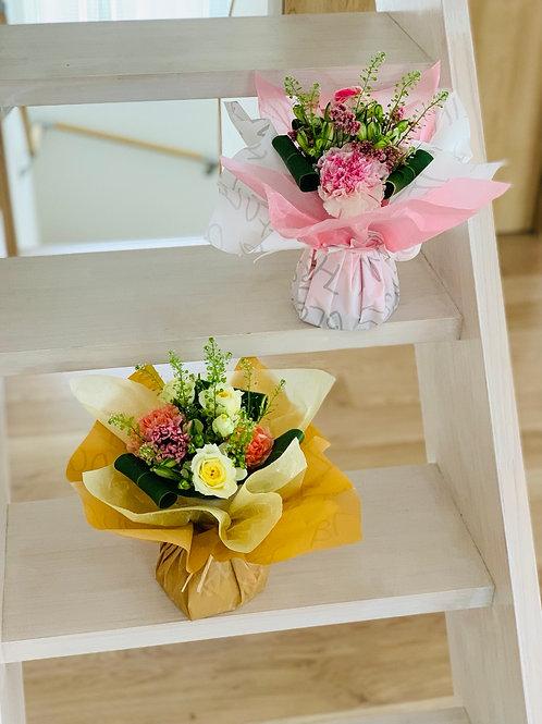 【冷蔵便送料込】 おまかせ 器付き花束 母の日 生花 ラッピングしたまま飾れる花束