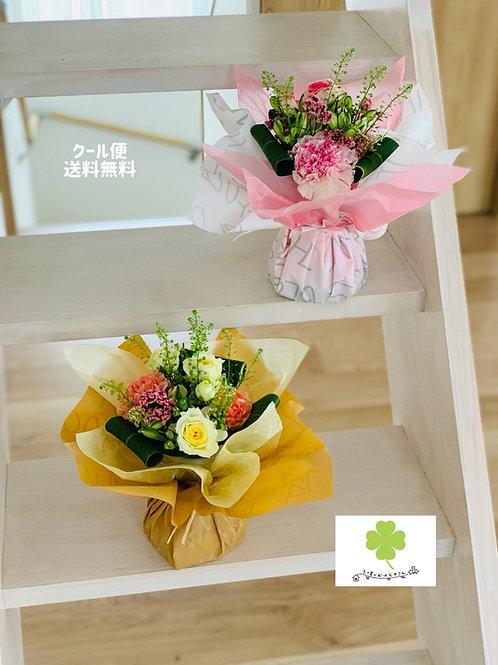 【冷蔵便送料込】 おまかせ 器付き花束 生花 ラッピングしたまま飾れる花束