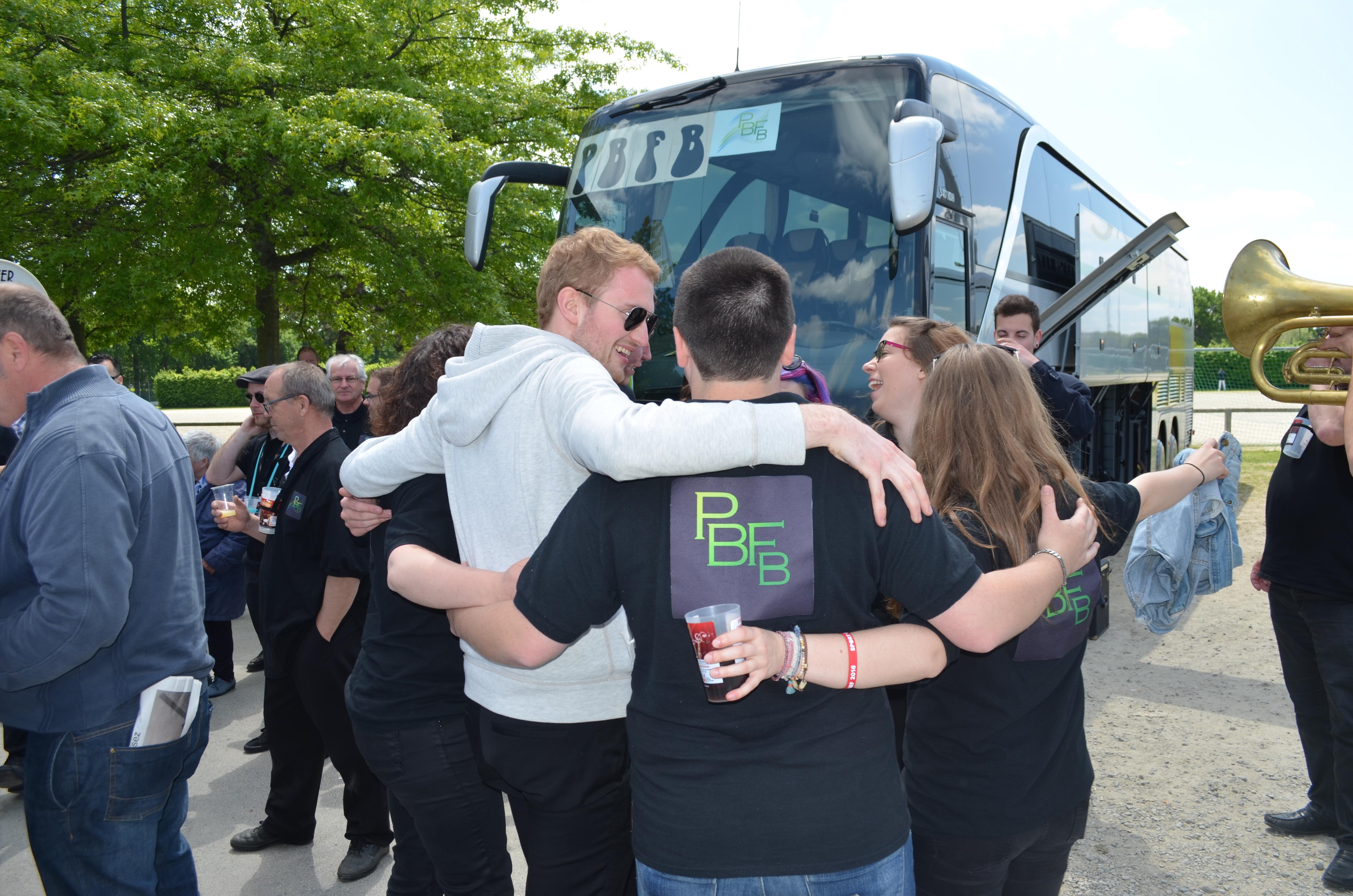 Les amis autour du bus