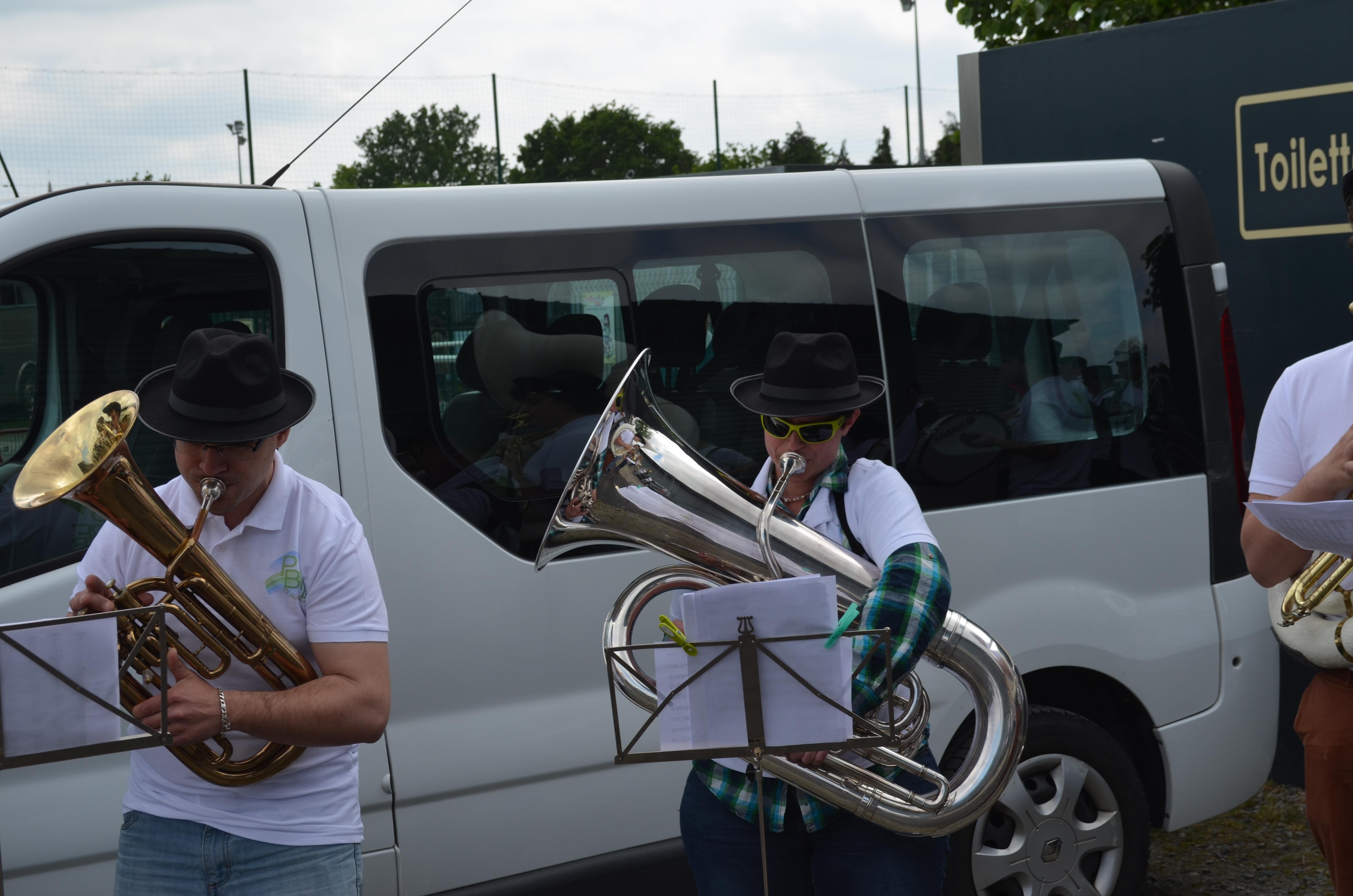 On se prépare pour le concours de musique de rue