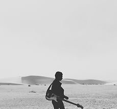 吉他手在沙灘上