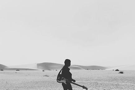 ビーチでのギタリスト
