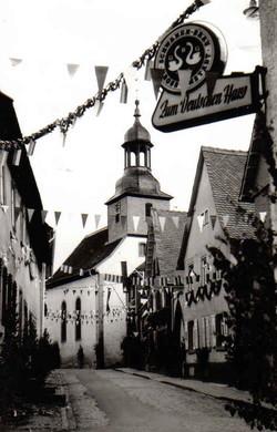 Blick_auf_die_Schmiedestraße_mit_Kirche
