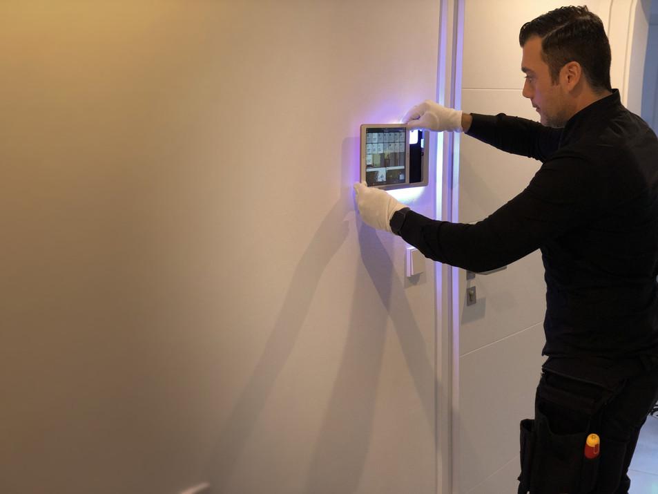 Die Weltweit Erste intelligent beleuchtete Wandhalterung - Installation