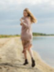 szőke lány fut.jpg