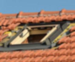 Pose d'une fenêtre de toit Velux par un expert - La Compagnie des Couvreurs