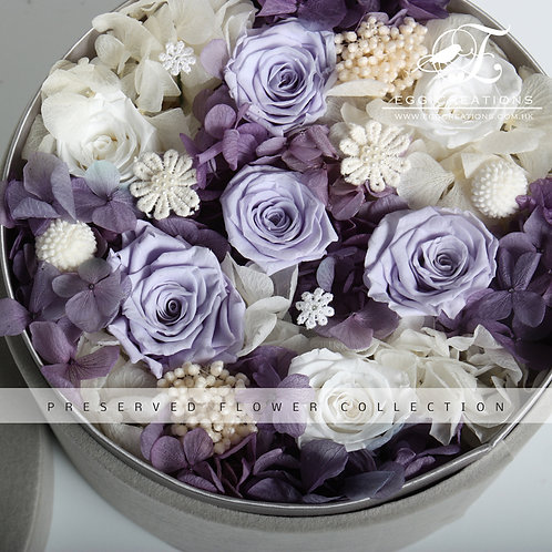 Preserved roses in round velvet box