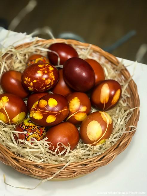 Фарбуємо яйця на Великдень