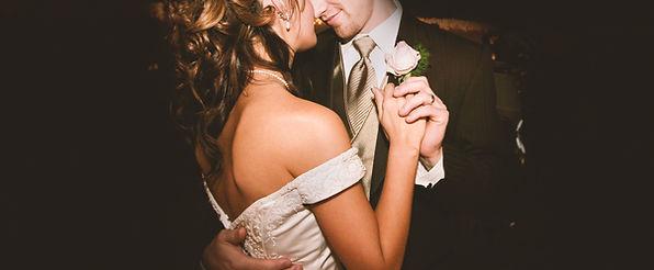 Wedding couple dancing to acsia