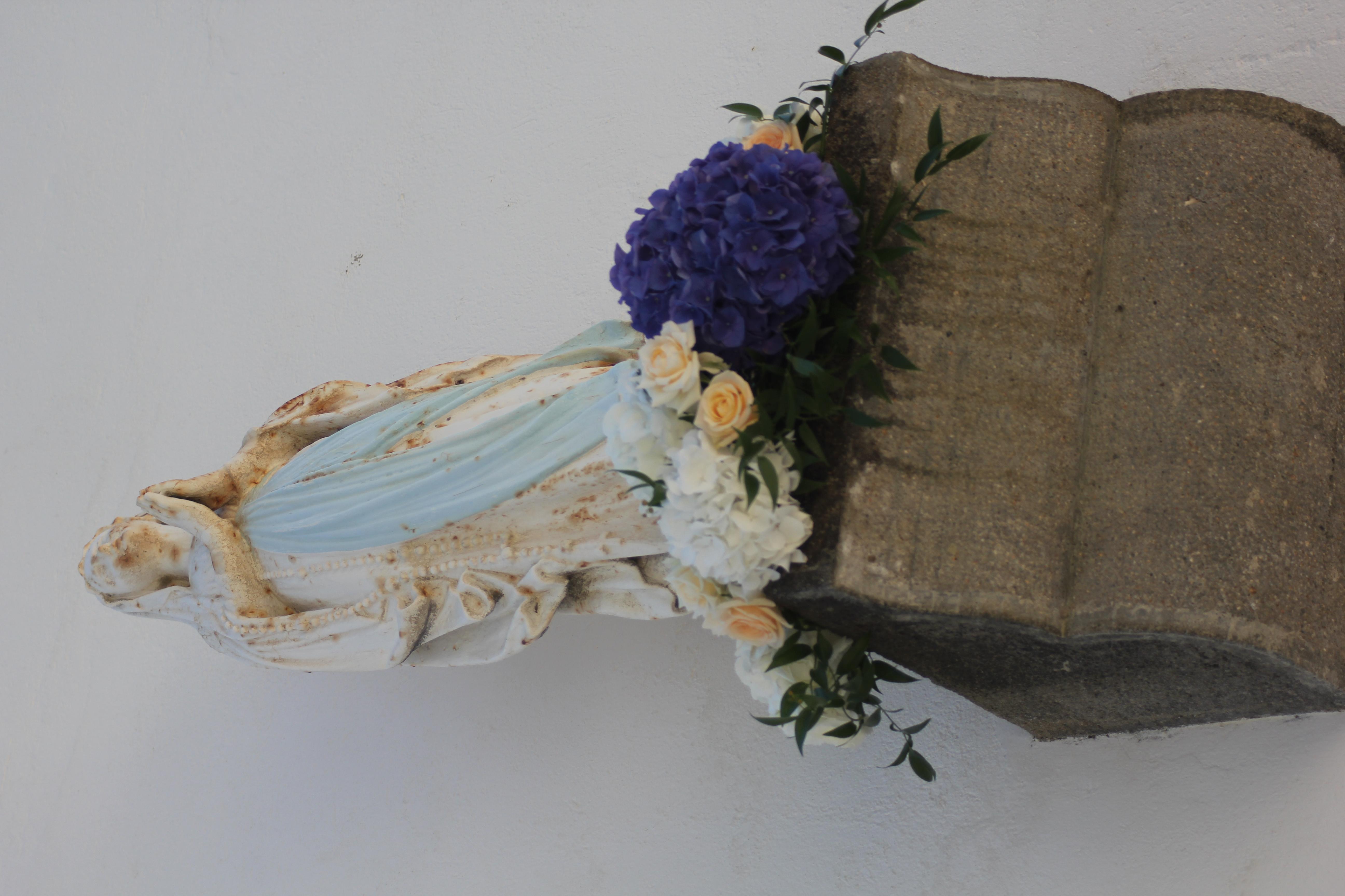 Fleurissement de la vierge à la Chapelle du Bois de la Chaise