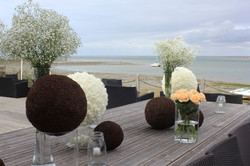 Décoration de l'extérieur avec boules et bouquets